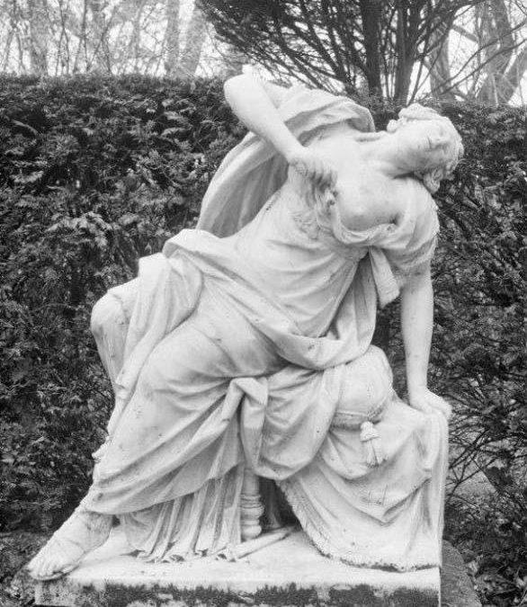 Beeld en sokkel Lucretia