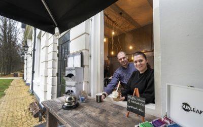 Boterkoek en brownies bij Brasserie Beeckestijn To Go in Velsen-Zuid. 'We zijn het praatje bij de koffieautomaat geworden, mensen ontmoeten elkaar hier'