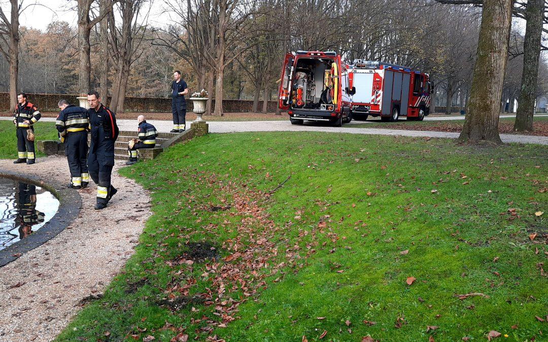 Brandweer helpt mee fontein uit vijver Beeckestijn te halen